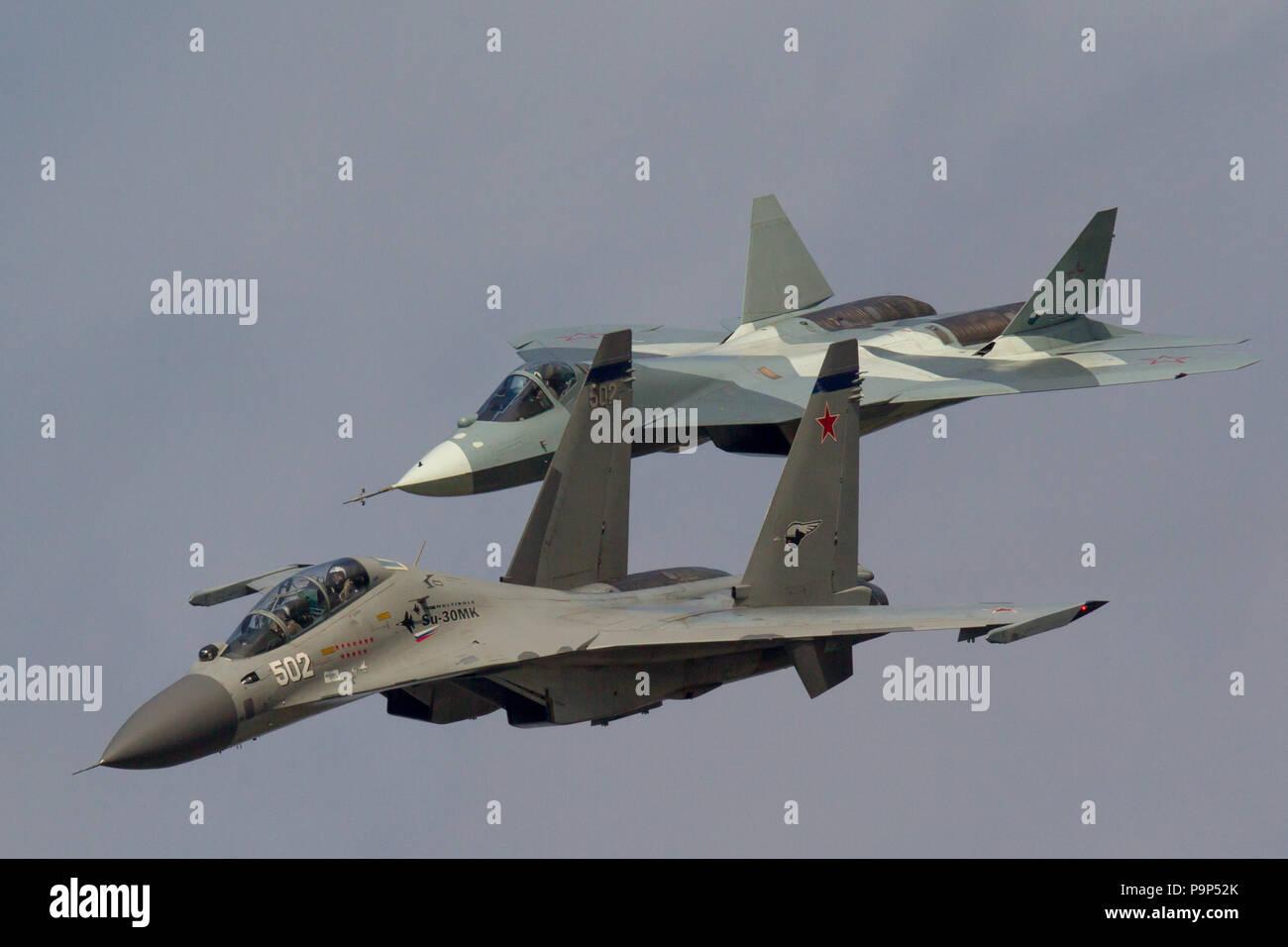 Sukhoi T-50 y Sukhoi Su-30MK aviones caza de la Fuerza Aérea rusa volar en formación en MAKS-2013 International Airshow cerca de Zhukovsky, Rusia Foto de stock