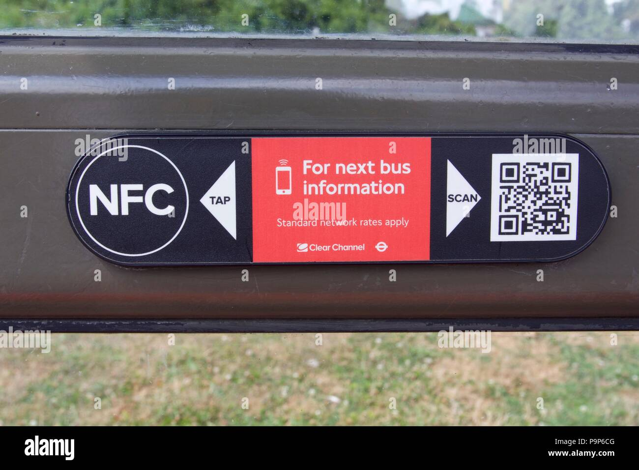 270eb6bf3e4 Un NFC y QR code en una parada de autobús en Londres para obtener la  siguiente