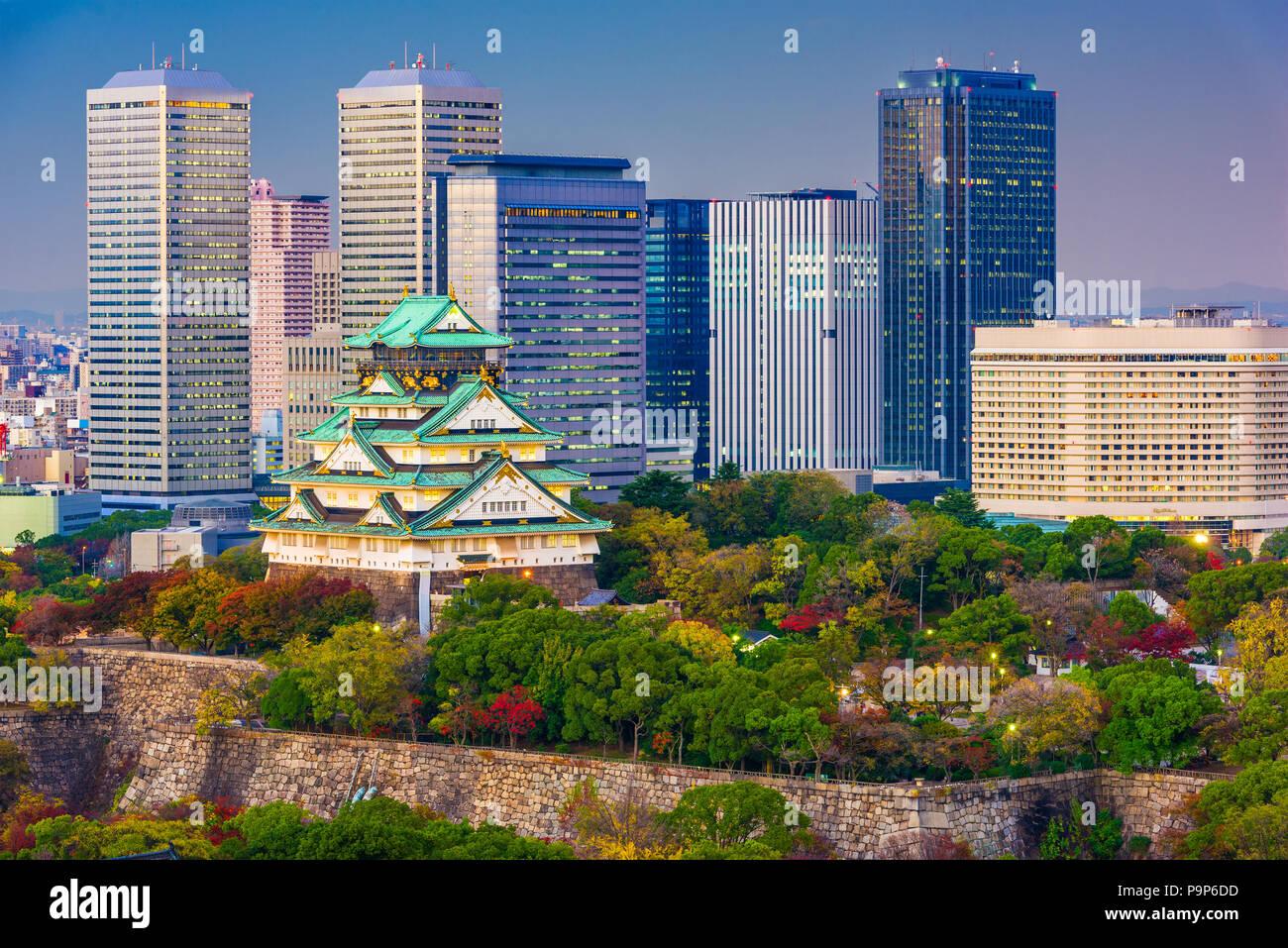 Horizonte de la ciudad de Osaka, Japón, en el castillo y parque empresarial al atardecer en otoño. Foto de stock