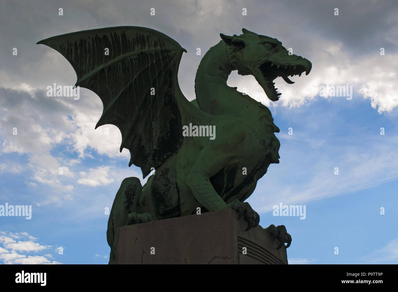 Estatua Del Dragon Por Jurij Zaninovic Sobre El Puente Dragon
