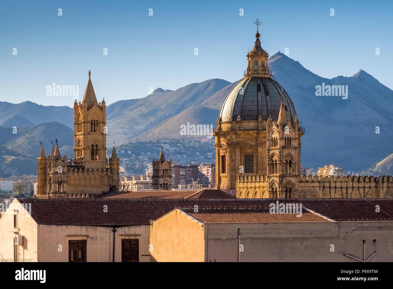 El horizonte de la ciudad de Palermo, Sicilia, Italia, Europa, demostrando la cúpula de la catedral de Palermo Imagen De Stock