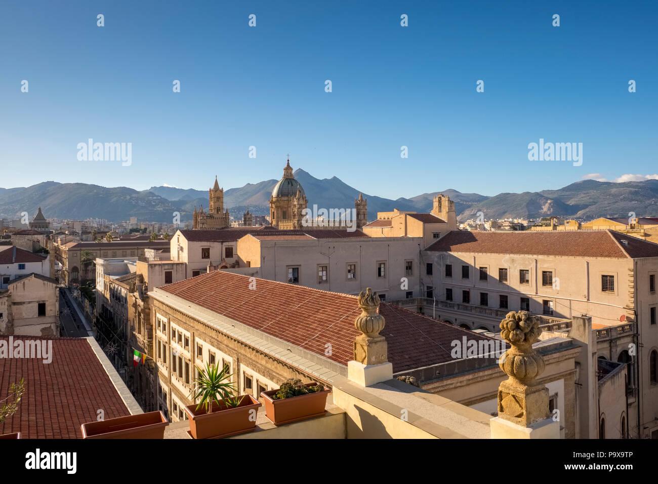 Horizonte de Palermo, Sicilia, Italia, Europa con las montañas detrás Imagen De Stock