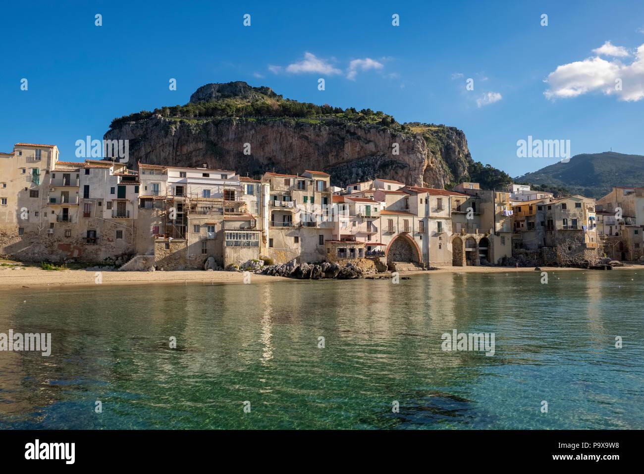 Sicilia, Italia, Europa Medieval - casas de pescadores en el paseo marítimo de la playa de Cefalu, Sicilia en verano Imagen De Stock