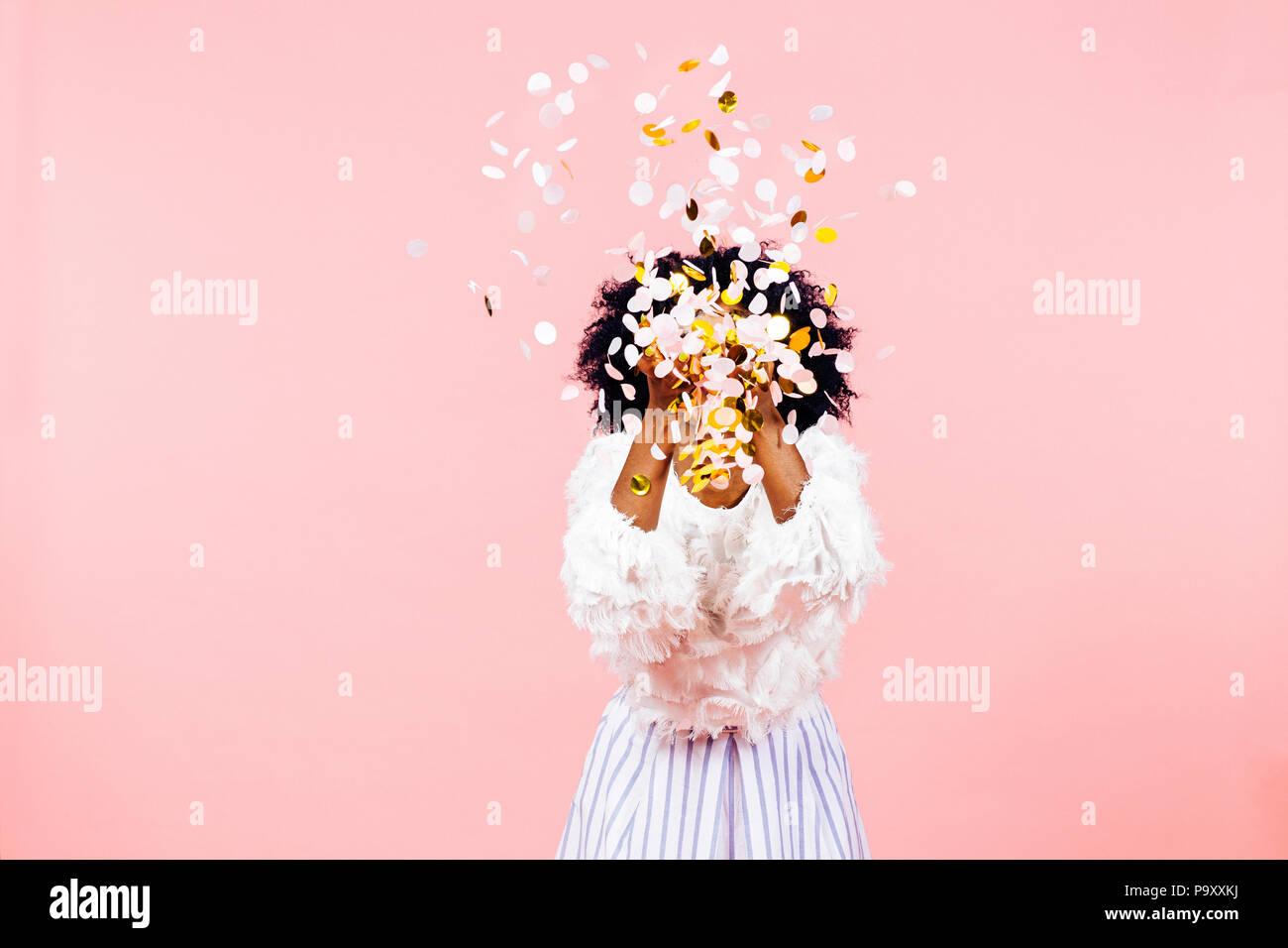 Tirar confeti- celebran la felicidad Imagen De Stock
