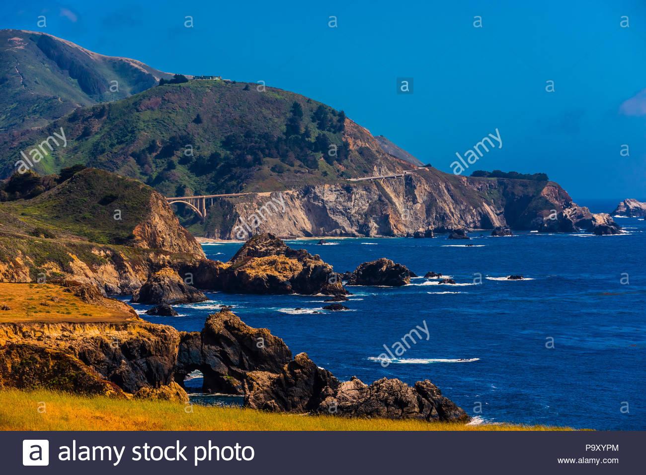 Vista de la costa de Big Sur, desde Notleys aterrizaje, entre Carmel Highlands y Big Sur, el Condado de Monterey, California. Imagen De Stock
