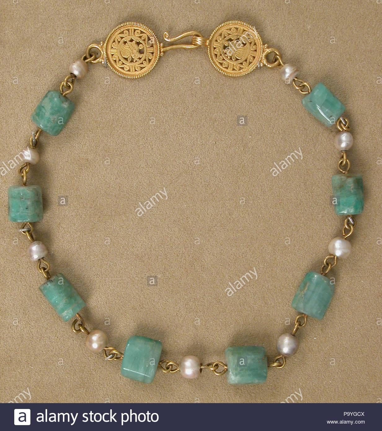 83d0d93727f5 Collar de oro con perlas y piedras de Esmeralda de plasma