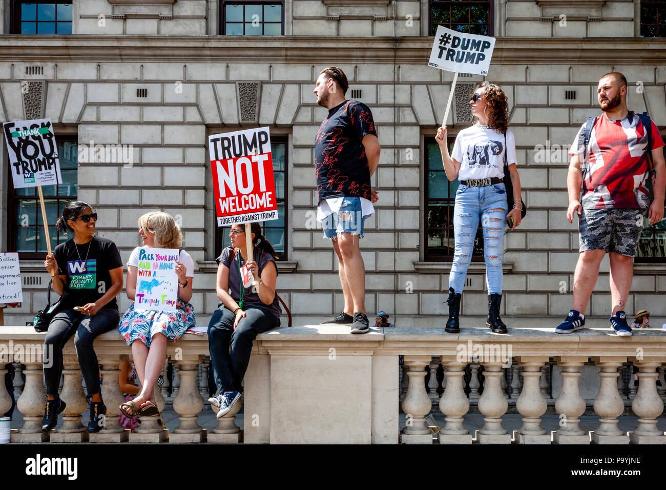 Los manifestantes protestaban contra el triunfo en la visita al Reino Unido del Presidente de Estados Unidos, Donald Trump, Whitehall, Londres, Inglaterra Imagen De Stock