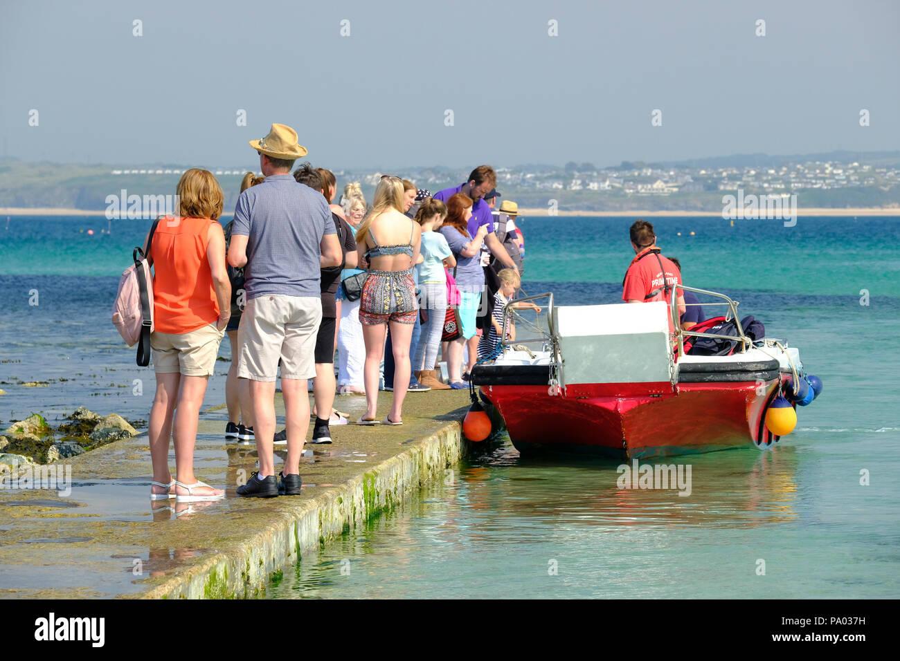Cola de gente esperando para un viaje en barco en St Ives en Cornwall. Imagen De Stock