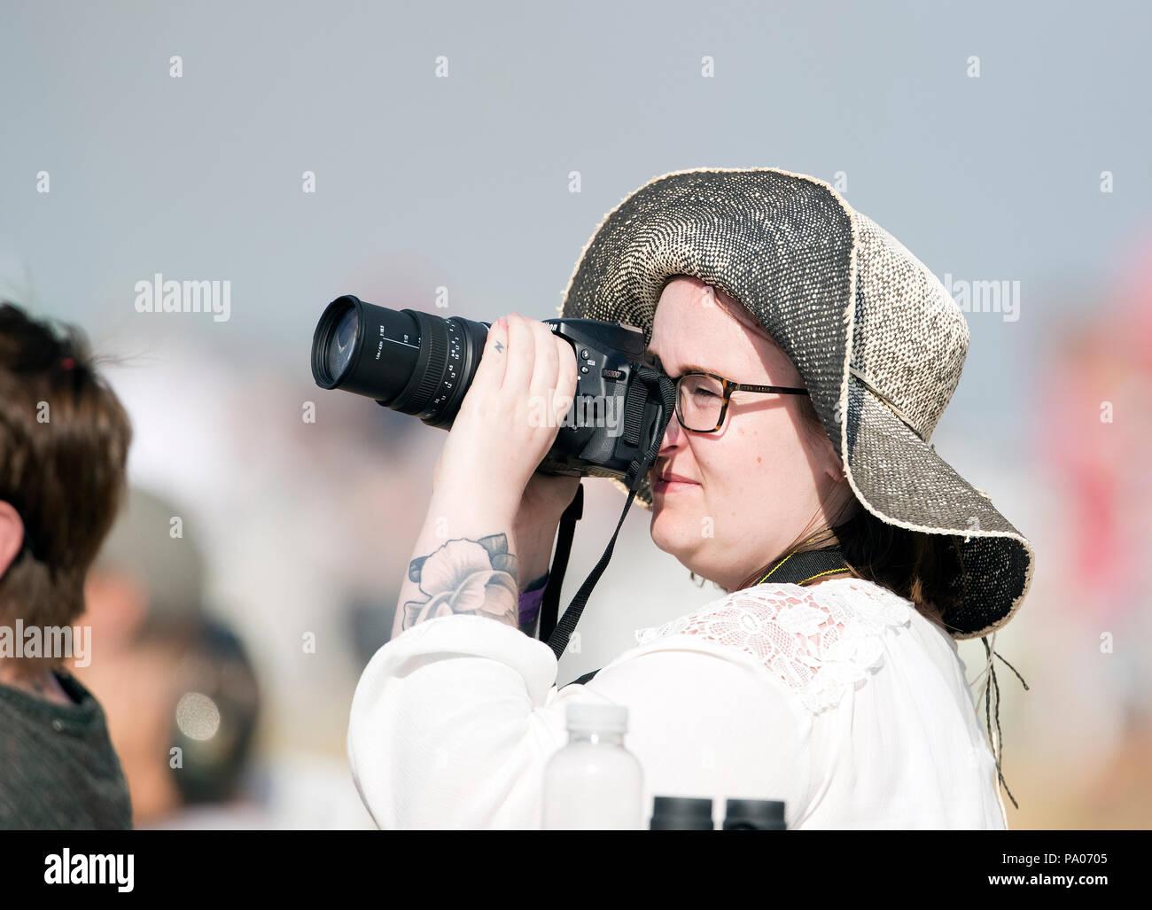 Señora vistiendo sombrero grande fotografiar la RAF Fairford RIAT Air Show  2018 Imagen De Stock d50b768d8900