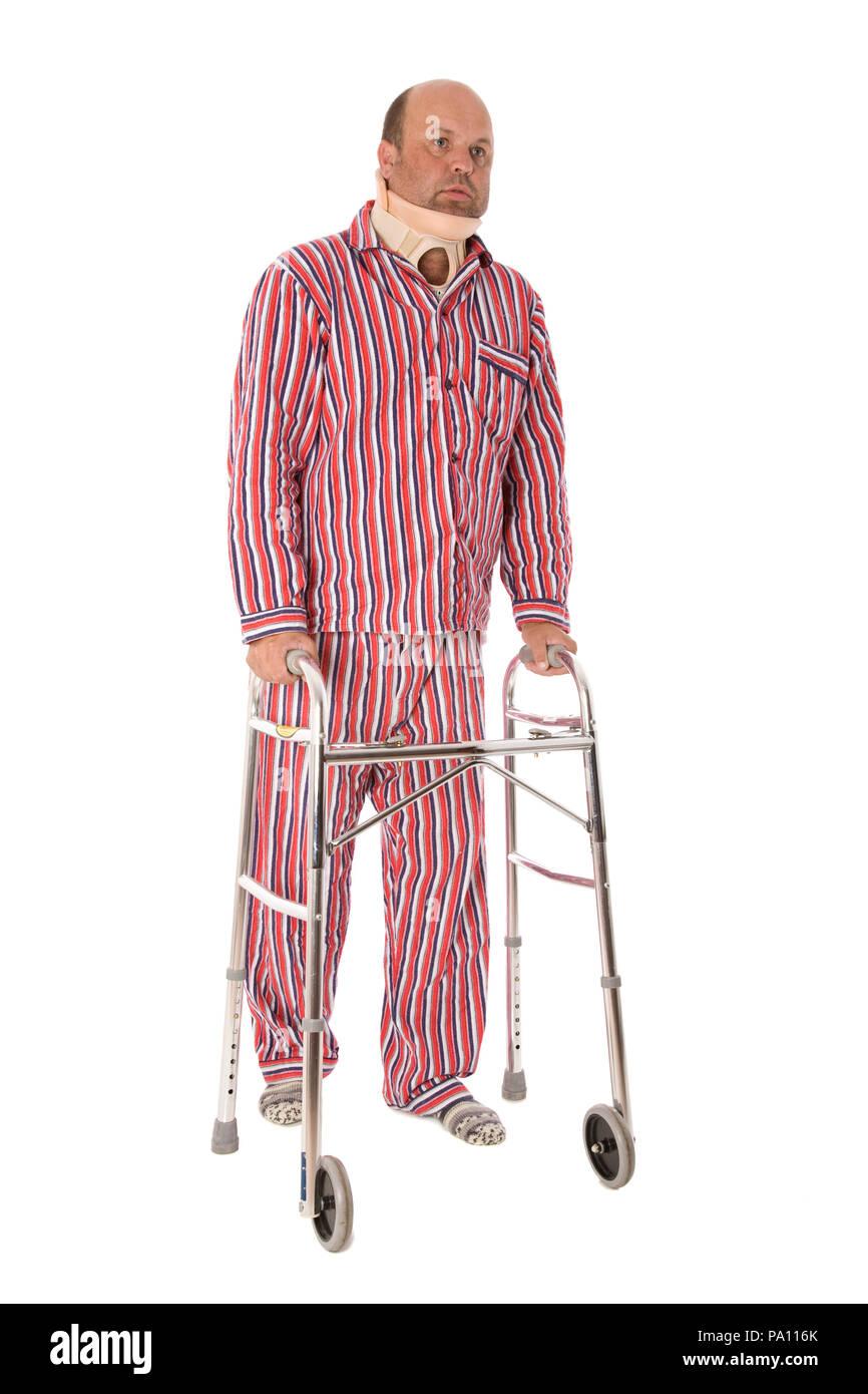 Un hombre con una lesión en el cuello Zimmer caminando con una trama ...