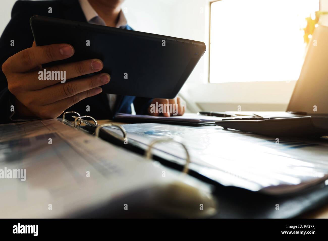 Empresario con la tableta a la situación sobre el valor de mercado , concepto empresarial. Imagen De Stock