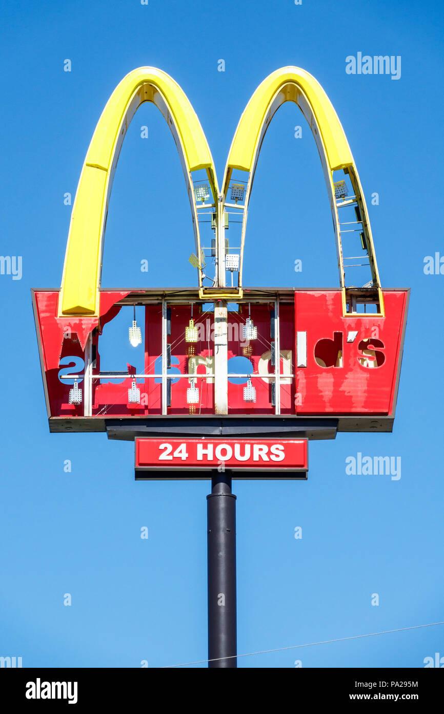 Orlando, Kissimmee Florida restaurante de comida rápida McDonald's sign Golden Arches tempestad dañado Huracán Irma faltan letras Imagen De Stock