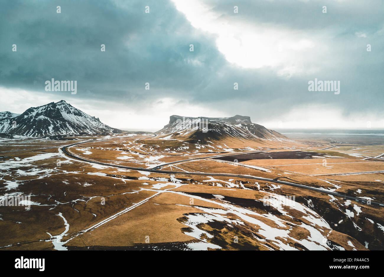 Islandia vista aérea del Paisaje con nieve y nubes, calle y amarillo y verde césped Imagen De Stock