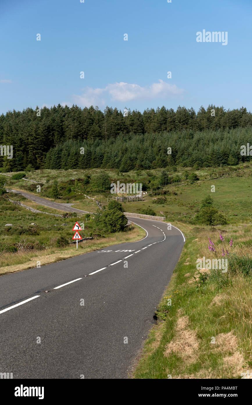 Abrir camino cerca de dos puentes en el parque nacional de Dartmoor, Devon, Inglaterra, Reino Unido. Foto de stock