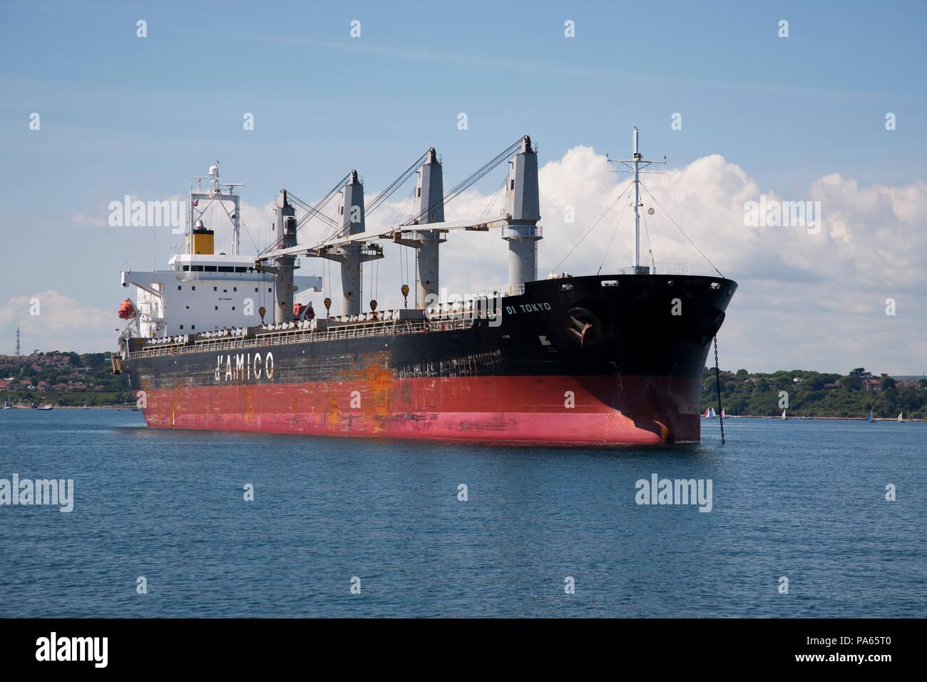 El petrolero el Amigo fondeado fuera de Portland Harbour Dorset UK Imagen De Stock