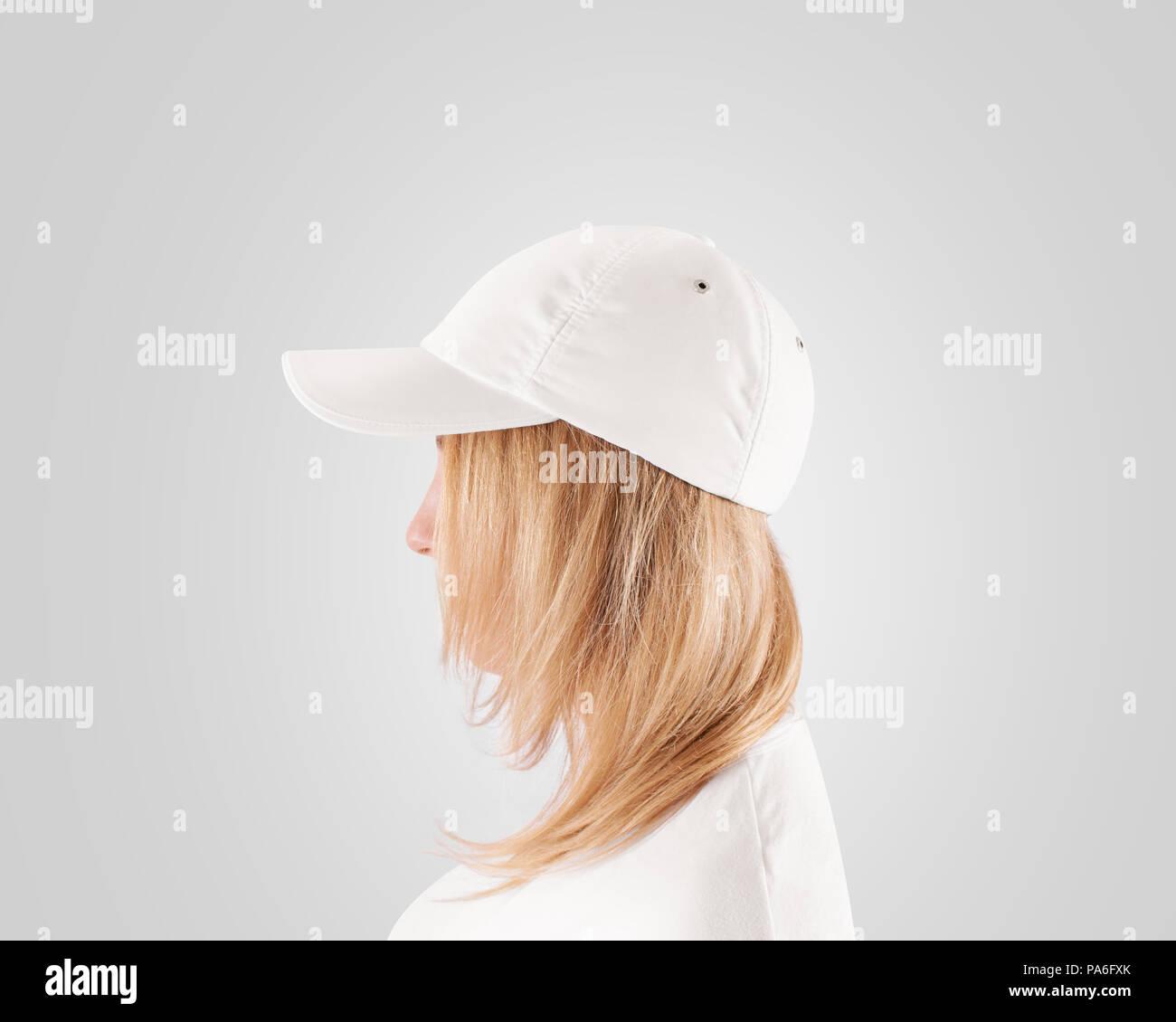 Mujer con sombrero claro y camiseta uniforme celebración de maquetas de  gorras de visera. 1e630f435d0