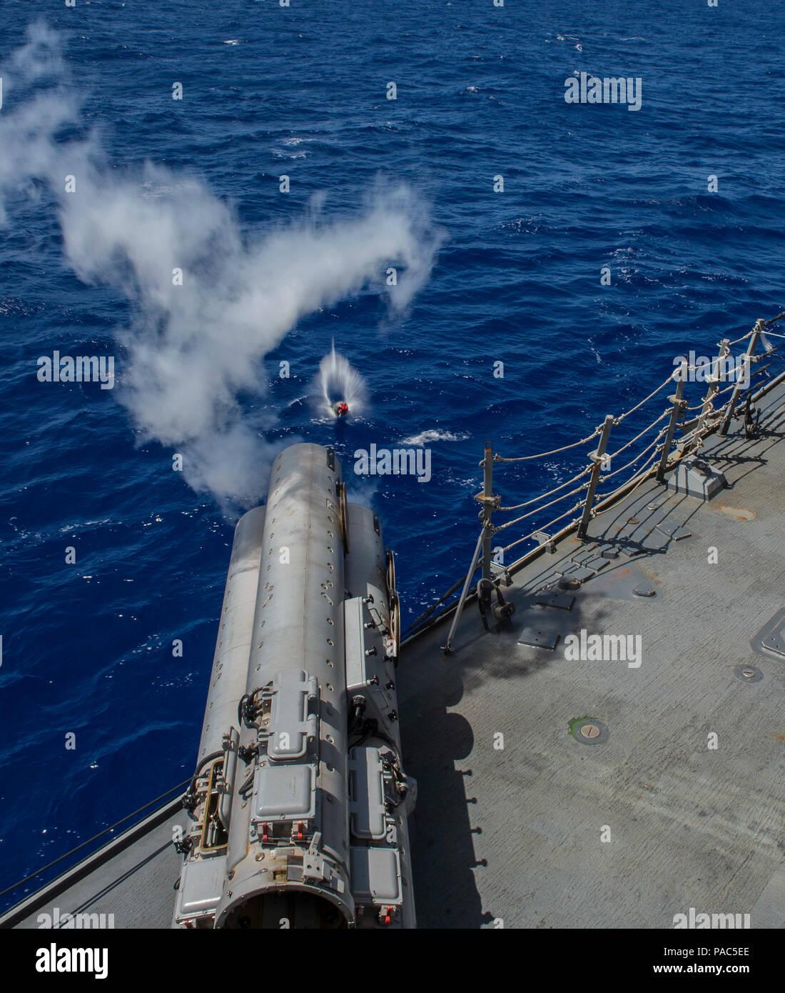 160307-N-DJ750-099 aguas cerca de Guam (7 de marzo de 2016) Los misiles guiados Burke-Class Arleigh destructor USS McCampbell (DDG-85) Dispara un torpedo MK-54 ejercicio (EXTORP) sobre el lado del puerto durante un evento de guerra anti-submarina como parte de MULTI SAIL 2016. MULTI VELA es un ejercicio de capacitación bilaterales dirigidas a la interoperabilidad entre las fuerzas estadounidenses y japoneses. Este ejercicio aumenta la interoperabilidad y ventajas de realistas, la capacitación conjunta, mejorando nuestra capacidad de trabajar juntos para hacer frente a cualquier contingencia. McCampbell es en patrullas de la séptima Flota de operaciones en apoyo de la seguridad y la stabil Foto de stock