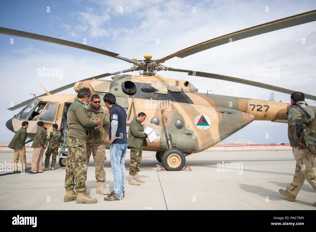 Tech. El Sgt. Erik Edwards, tren aconsejamos asistir a comando - M-17 Aire flightline advisor, habla con un miembro de la fuerza aérea afgana, con la ayuda de un intérprete, cerca de la rampa en el Aeródromo de Kandahar, Afganistán, 2 de marzo de 2016. Como mando funcional, aire TAAC asiste a nuestros aliados afganos para desarrollar un profesional, capaz y sostenibles de la fuerza. (Ee.Uu. Foto de la Fuerza Aérea/Tech. El Sgt. Robert Cloys) Foto de stock