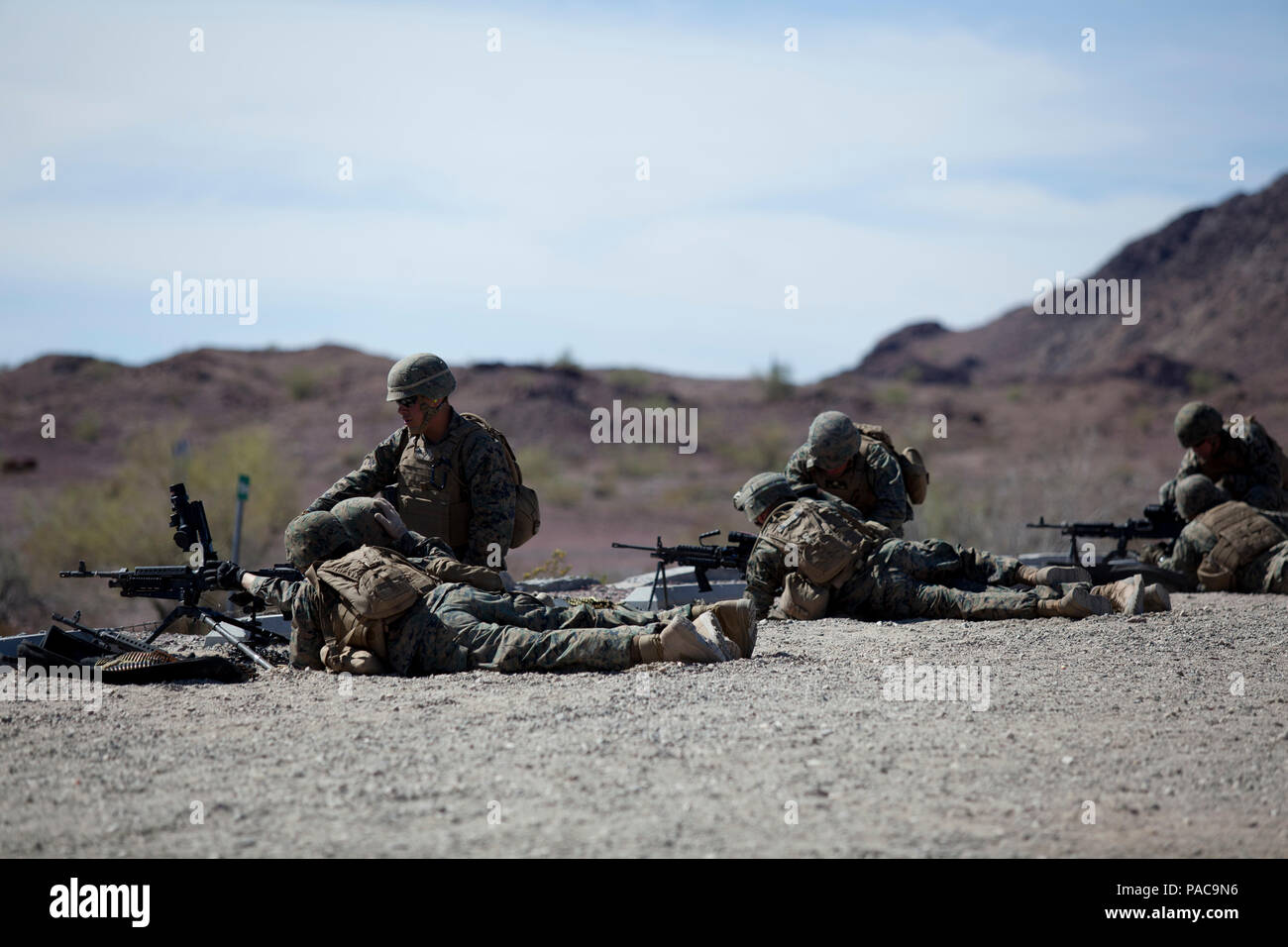Infantes de Marina de los Estados Unidos, Escuadrón de Apoyo ala Marina 371 (MWSS-371), infantes de Marina disparar una ametralladora M240B en el Yuma Proving Grounds, Arizona, el 10 de marzo de 2016. MWSS-371 realiza un ejercicio anual sobre el terreno para preparar los Marines para futuros despliegues. (Ee.Uu. Marine Corps foto por Lance Cpl. B. Vinculado AaronJames/ liberado) Foto de stock