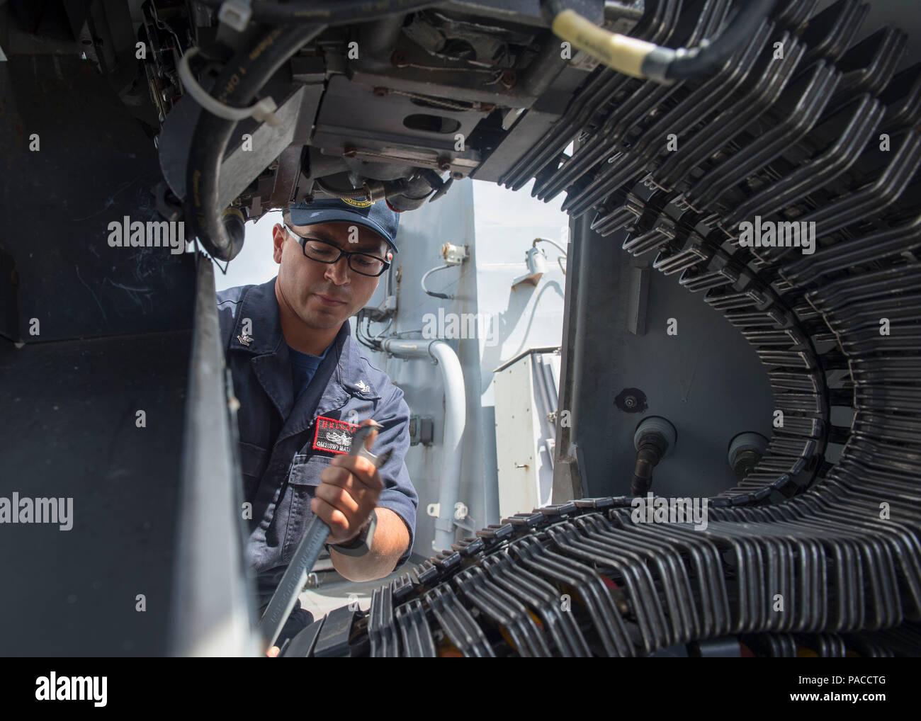 160314-N-DJ750-013 Base Naval de Guam (14 de marzo de 2016) El Gunner's Mate de 2ª clase de Arnaldo Mata, desde Laredo, Texas, carga un MK 38 MOD II 25mm pistola cadena durante un mar y detalle de anclaje a bordo de los misiles guiados Burke-Class Arleigh destructor USS McCampbell (DDG 85). McCampbell es en patrullas de la séptima Flota de la zona de operaciones en apoyo de la seguridad y la estabilidad en la Indo-Asia-Pacífico. (Ee.Uu. Navy photo by Mass Communication Specialist 2nd Class Bryan Jackson/liberado) Foto de stock