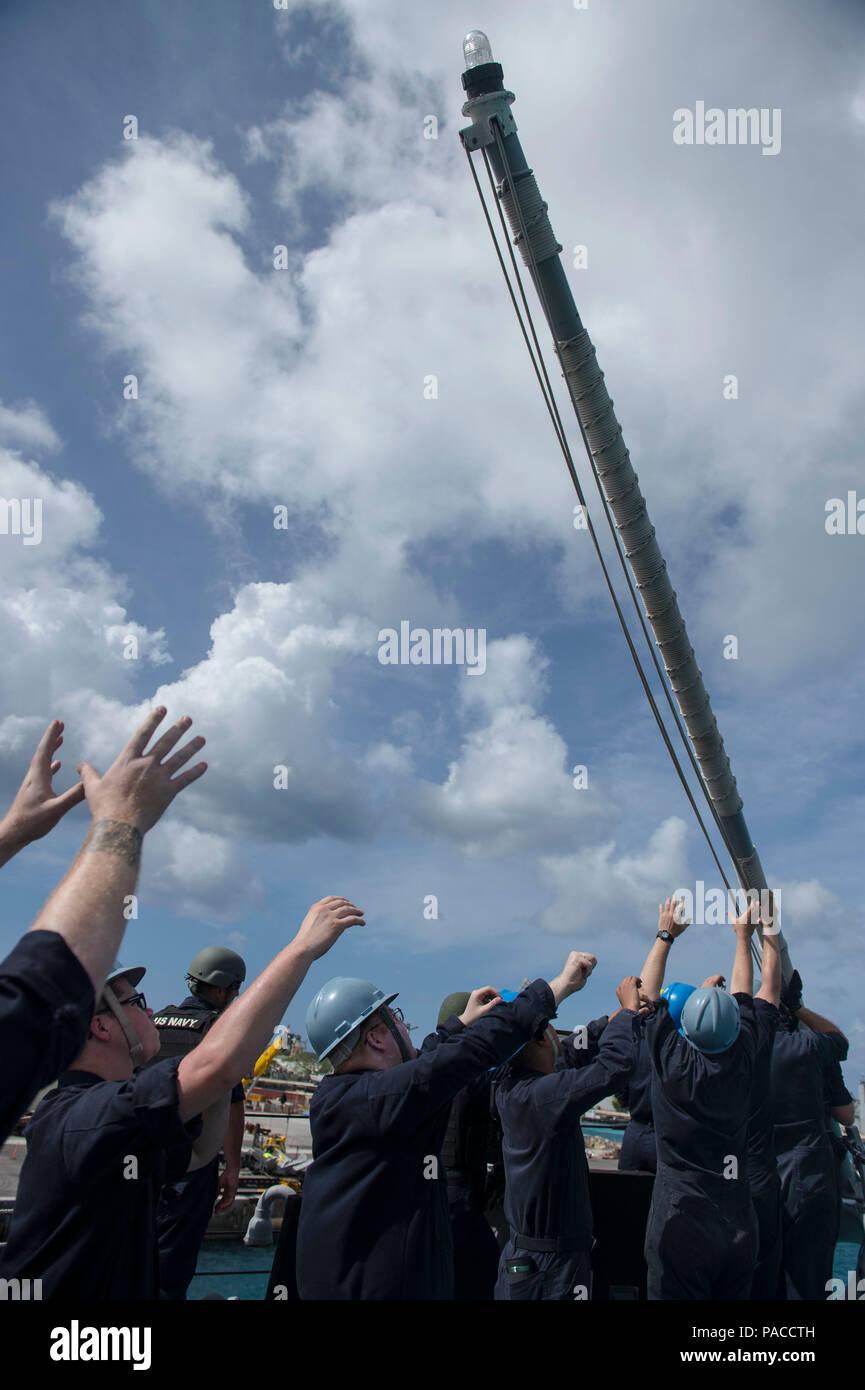 La base naval de Guam (14 de marzo de 2016) Los marineros bajar el jackstaff durante un mar y detalle de anclaje a bordo de los misiles guiados Burke-Class Arleigh destructor USS McCampbell (DDG 85). McCampbell es en patrullas de la séptima Flota de la zona de operaciones en apoyo de la seguridad y la estabilidad en la Indo-Asia-Pacífico. (Ee.Uu. Navy photo by Mass Communication Specialist 2nd Class Bryan Jackson/liberado) Foto de stock