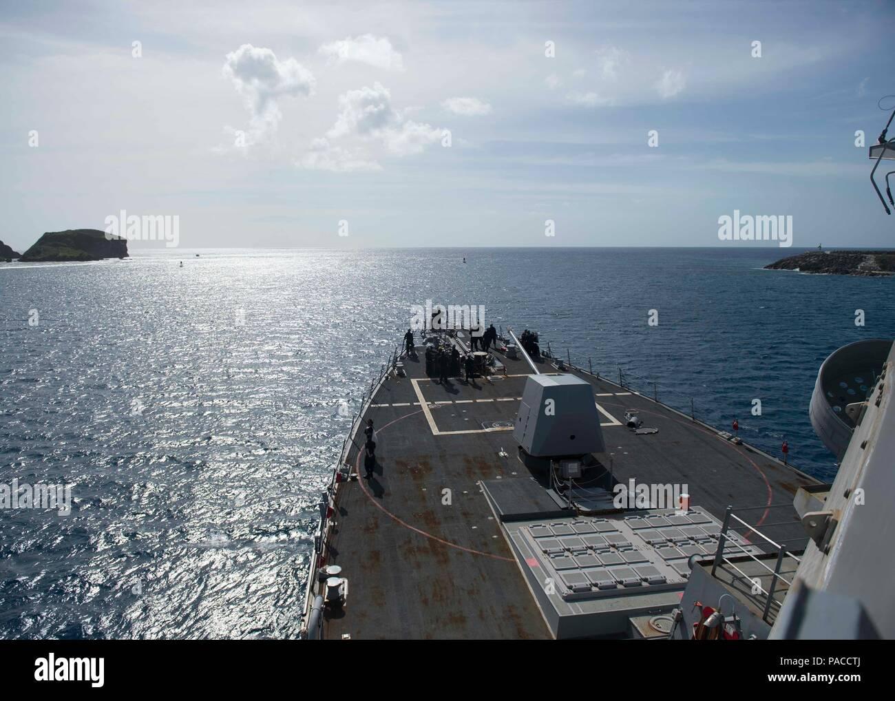 La base naval de Guam (14 de marzo de 2016) Los misiles guiados Burke-Class Arleigh destructor USS McCampbell (DDG 85) sale de la bahía. McCampbell es en patrullas de la séptima Flota de la zona de operaciones en apoyo de la seguridad y la estabilidad en la Indo-Asia-Pacífico. (Ee.Uu. Navy photo by Mass Communication Specialist 2nd Class Bryan Jackson/liberado) Foto de stock