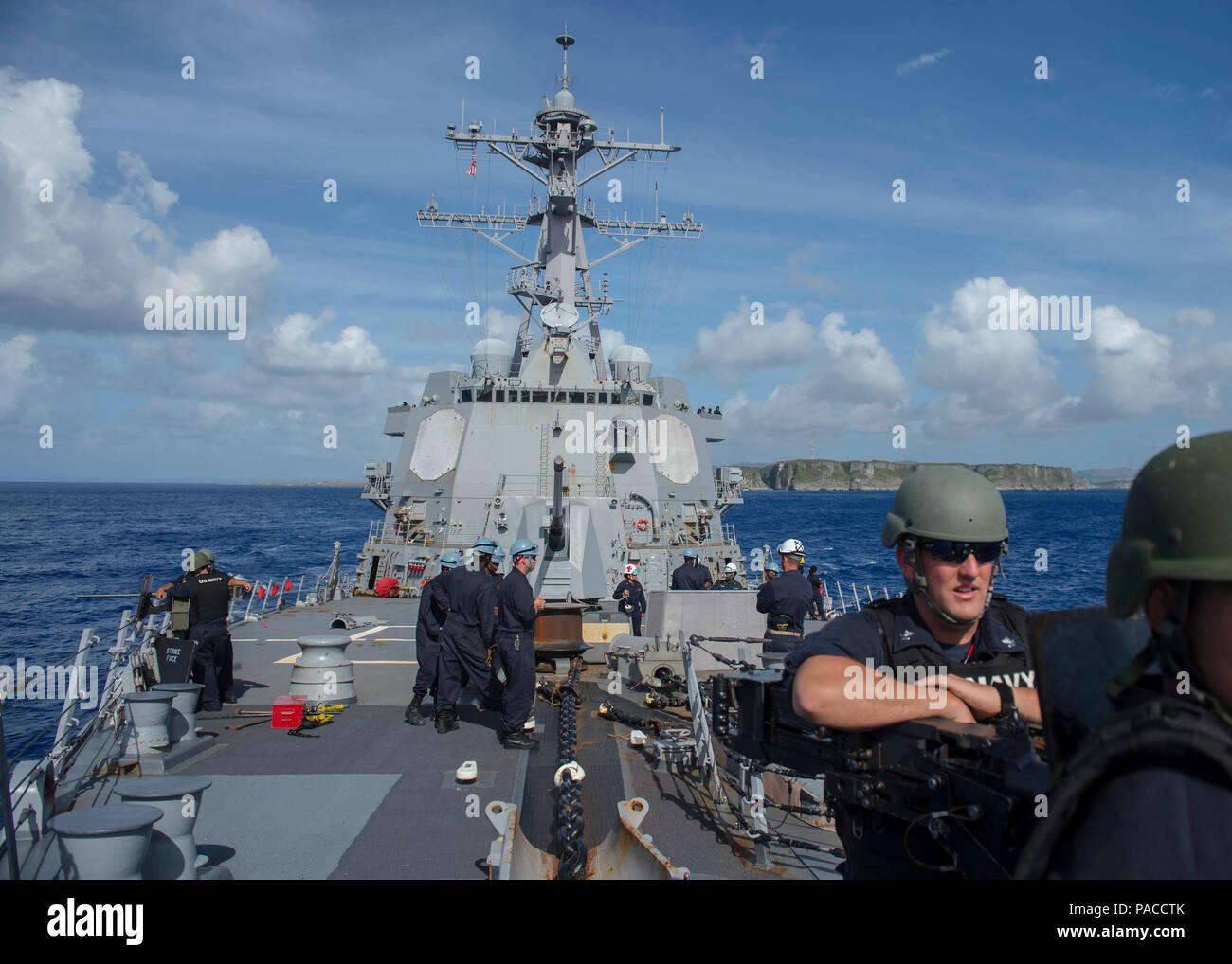 Las aguas cerca de Guam (14 de marzo de 2016) Los misiles guiados Burke-Class Arleigh destructor USS McCampbell (DDG 85) sale de Guam. McCampbell es en patrullas de la séptima Flota de la zona de operaciones en apoyo de la seguridad y la estabilidad en la Indo-Asia-Pacífico. (Ee.Uu. Navy photo by Mass Communication Specialist 2nd Class Bryan Jackson/liberado) Foto de stock