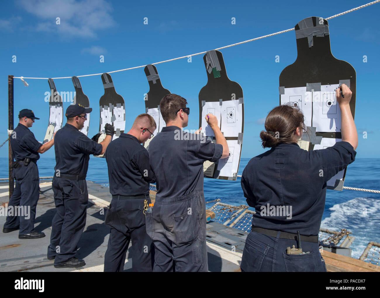 Mar de Filipinas (15 de marzo de 2016) El Gunner's Mates tally puntuaciones de puntería durante una carabina M4A1 curso de calificación en la cubierta de vuelo del misil guiado por Burke-Class Arleigh destructor USS McCampbell (DDG 85). McCampbell es en patrullas de la séptima Flota de la zona de operaciones en apoyo de la seguridad y la estabilidad en la Indo-Asia-Pacífico. (Ee.Uu. Navy photo by Mass Communication Specialist 2nd Class Bryan Jackson/liberado) Foto de stock