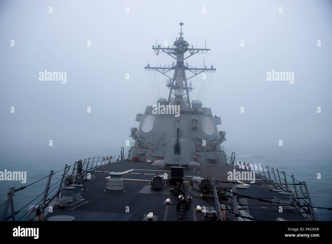 El Mar de China oriental (Mar. 18, 2016) La clase Arleigh Burke de misiles guiados destructor USS McCampbell (DDG 85) transita el mar cubierto de niebla. McCampbell es en patrullas de la séptima Flota de la zona de operaciones en apoyo de la seguridad y la estabilidad en la Indo-Asia-Pacífico. (Ee.Uu. Navy photo by Mass Communication Specialist 2nd Class Bryan Jackson/liberado) Foto de stock