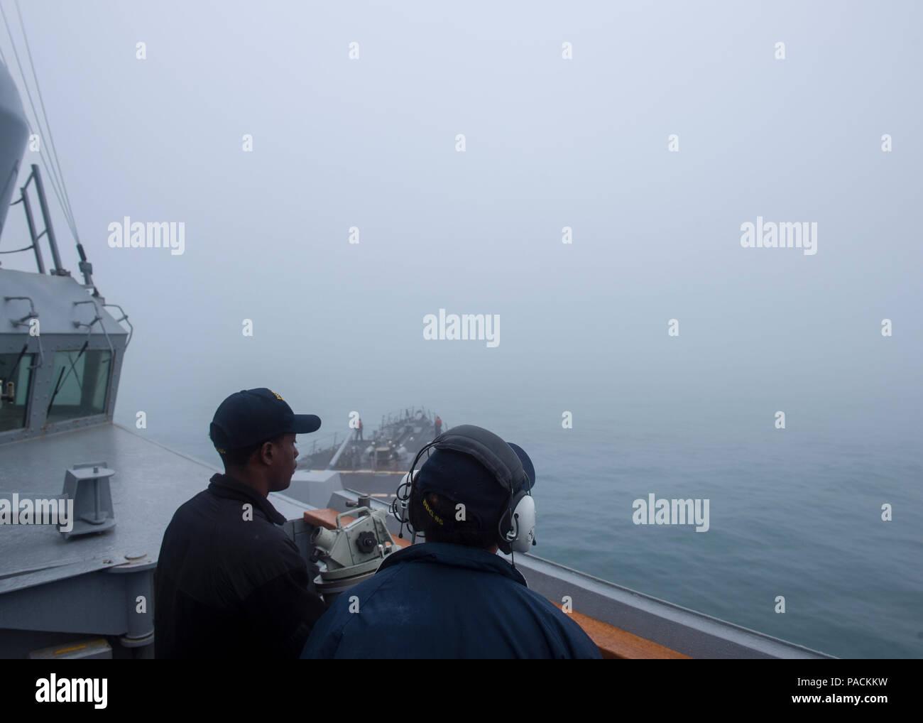 El Mar de China oriental (Mar. 18, 2016) Los marineros tienen una baja visibilidad watch sobre el puente alas y Saltillo de la clase Arleigh Burke de misiles guiados destructor USS McCampbell (DDG 85). McCampbell es en patrullas de la séptima Flota de la zona de operaciones en apoyo de la seguridad y la estabilidad en la Indo-Asia-Pacífico. (Ee.Uu. Navy photo by Mass Communication Specialist 2nd Class Bryan Jackson/liberado) Foto de stock