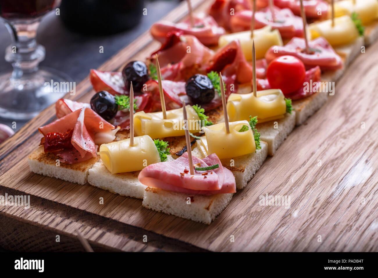 Muchos pintxos, o tapas, canapés español parte finger food Foto de stock