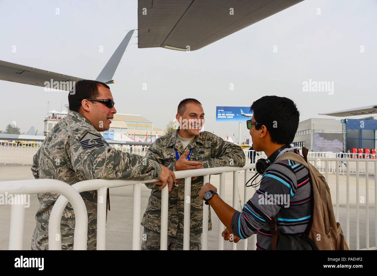El Sargento Primero. Mario Munive y El Teniente Daniel Grotte, de la Guardia Nacional Aérea de Houston, Texas, hablar con los visitantes acerca de las capacidades del MQ-1 Predator 2016 durante la Feria Internacional del Aire y del Espacio (FIDAE) en Santiago, Chile, 30 de marzo de 2016. Durante la FIDAE, aviadores estadounidenses participaron en varios expertos en la materia de intercambios con sus homólogos chilenos y también acogió exhibiciones estáticas y manifestaciones de apoyo a la antena air show. (Ee.Uu. Foto de la fuerza aérea por Tech. El Sgt. Heather Redman/liberado) Foto de stock