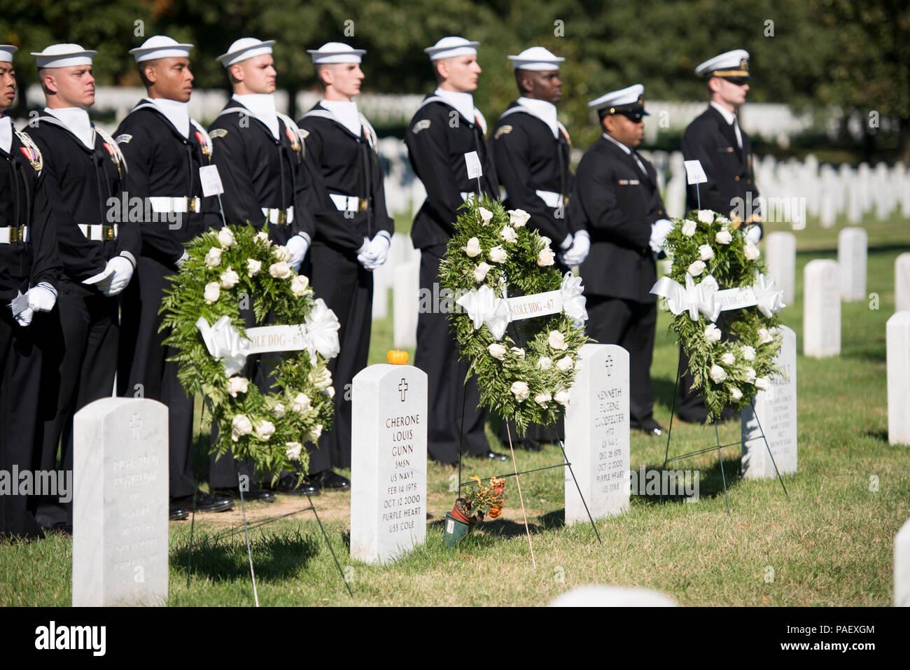 Los marineros de la Guardia Ceremonial de la Marina de los Estados Unidos participarán en una ceremonia en el Cementerio Nacional de Arlington, Arlington, Virginia, 12 de octubre de 2015, para recordar a los 17 marineros estadounidenses murieron durante el ataque terrorista contra el USS Cole. Comandante de la Marina de EE.UU. S. Kirk Lippold, quien habló durante la ceremonia, comandó el USS Cole en el momento del ataque, que ocurrió a las 11:18 a.m. el 12 de octubre de 2000. Foto de stock