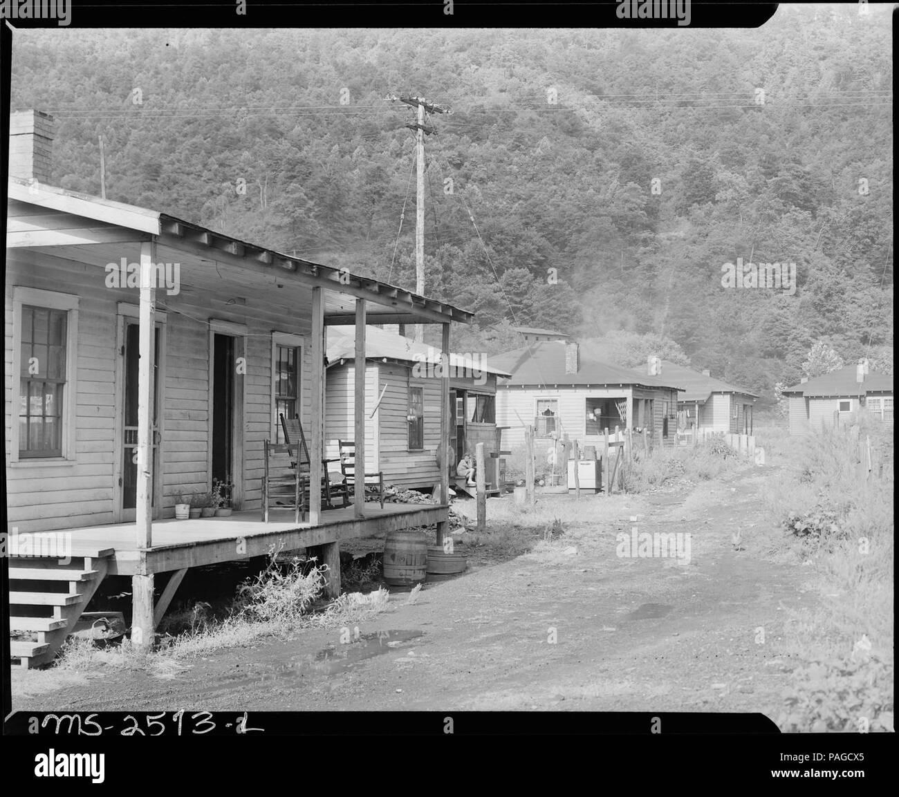 official photos f17ac 8eda9 Una fila de casas típicas. Dixie Darby Fuel Company, Marne Mina, Lejunior,  Harlan County, Kentucky. -