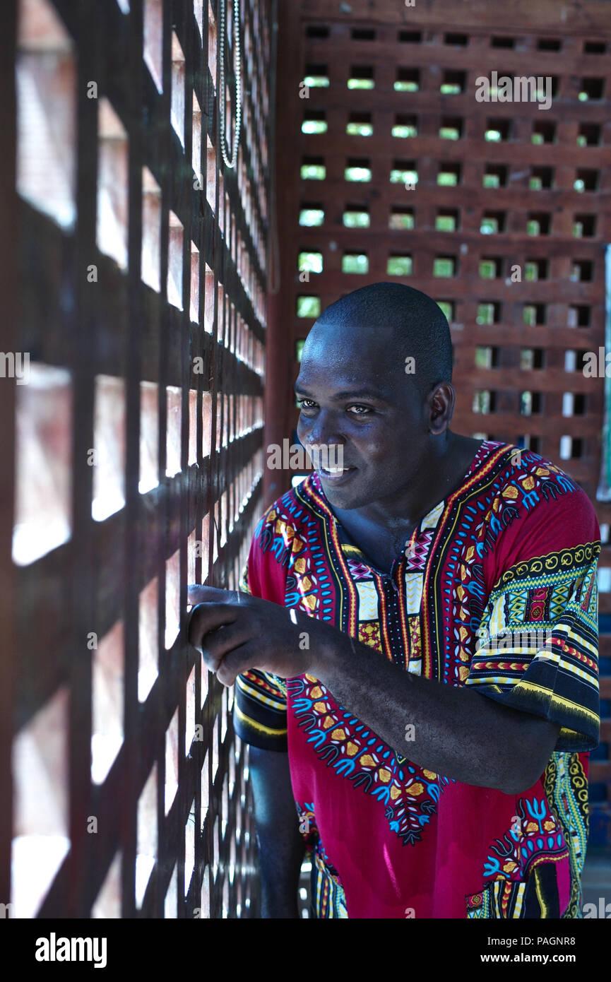 Julio 16, 2018 - San Basilio de Palenque, Bolívar, Colombia - Palenquero y músico Andreus Valdés Torres, director de la Casa de la Cultura en Palenque. San Basilio de Palenque fue declarado las Obras Maestras del Patrimonio Oral e Inmaterial de la Humanidad por la UNESCO y es considerada la primera ciudad libre en América.La palabra ''palenque'' significa ''ciudad amurallada'' y el Palenque de San Basilio es sólo una de las muchas comunidades amurallada que fueron fundadas por los esclavos como un refugio en el siglo XVII.Es el único que sobrevivió .Muchas de las tradiciones musicales y orales tienen raíces en Palenque' Foto de stock