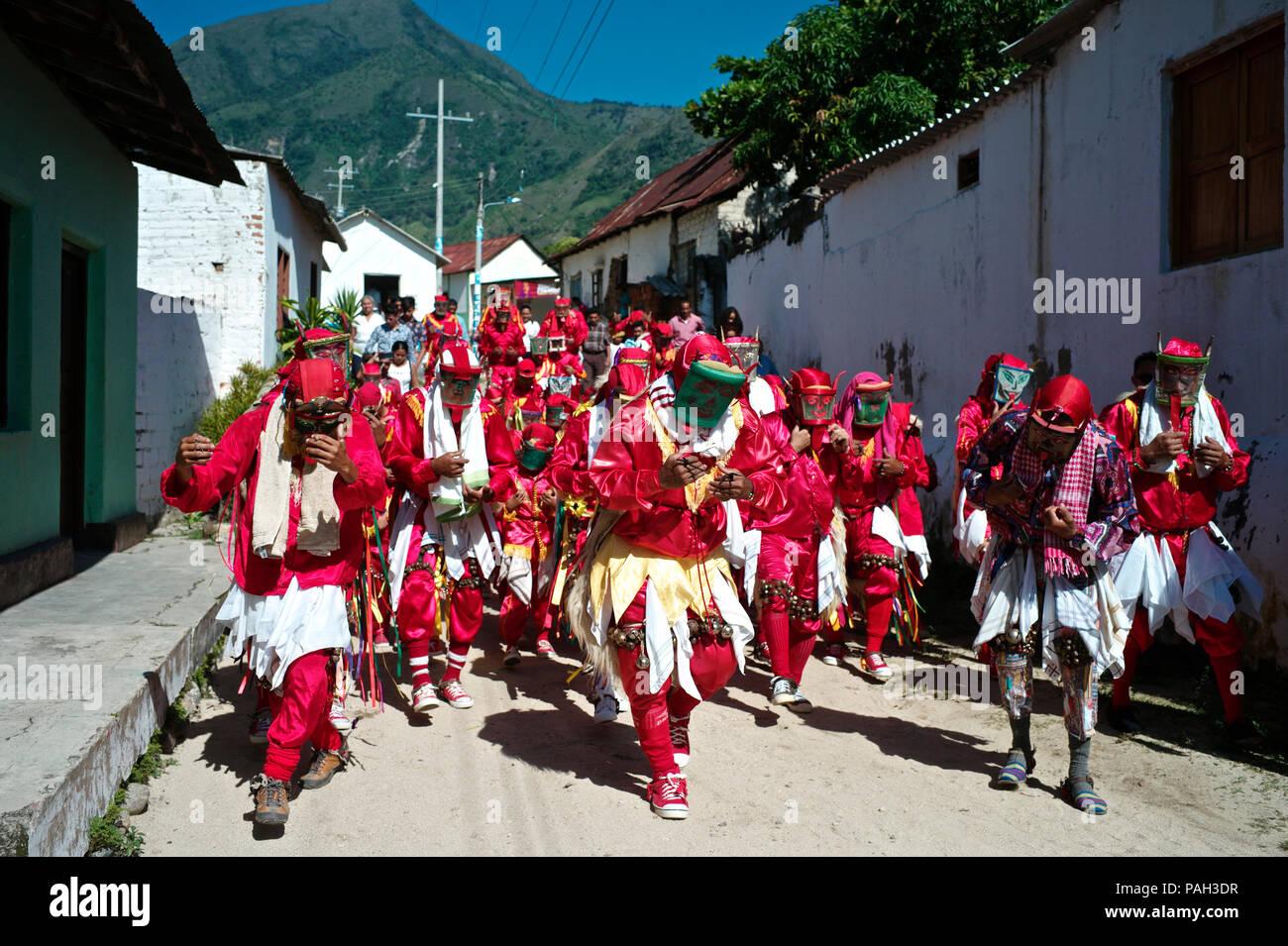 A los pies de los picos nevados de Sierra Nevada, dentro del territorio de los indios indígenas kankuamos, una celebración llena de colorido de la fiesta cristiana de co Foto de stock