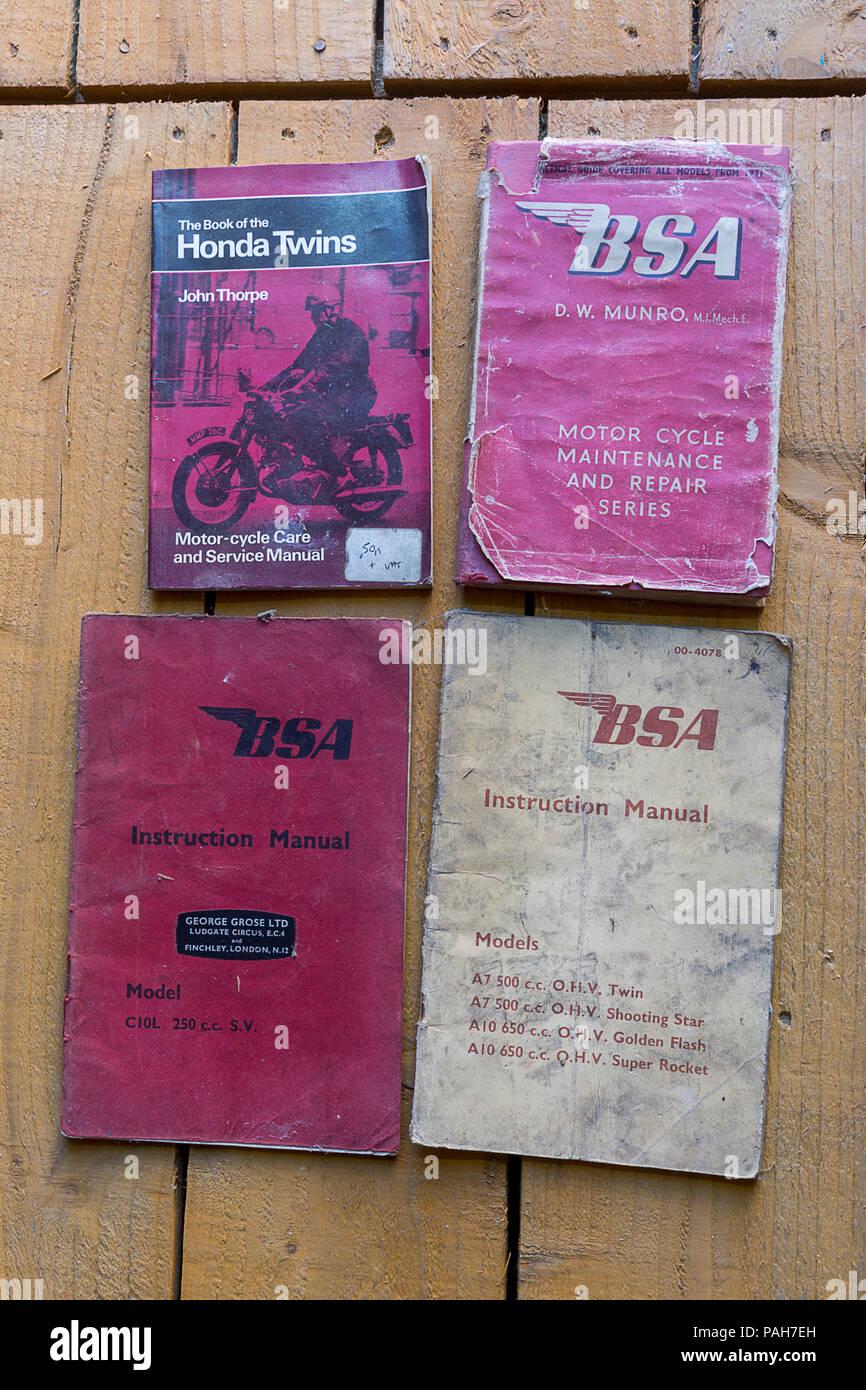 BSA y Honda viejos manuales en mi piso derramada desde 1931 con válvula lateral y ohv modelos ilustrados BSA (British armas pequeñas) 500cc y 650cc ohv gemelos. Foto de stock
