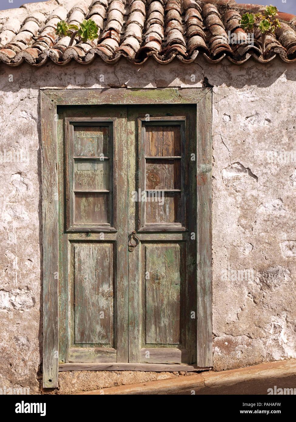 Antigua puerta de madera de una casa tradicional en la for Puerta blindada antigua casa gutierrez