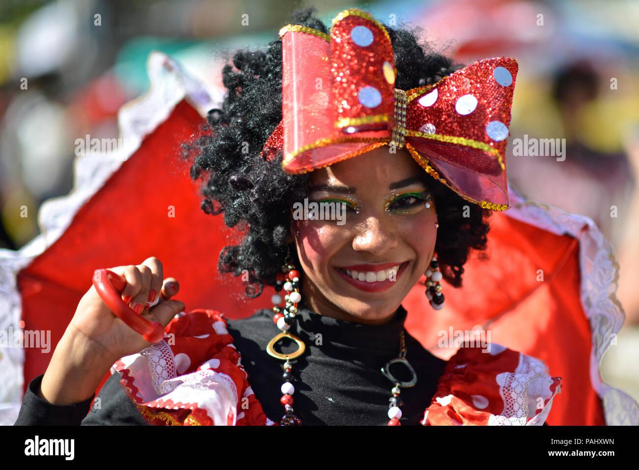 """La Negrita Puloy que lleva 40 años de felicidad y diversión, es un personaje en el carnaval de Barraquilla. """"Palenqueras"""", como son llamados, son d Foto de stock"""