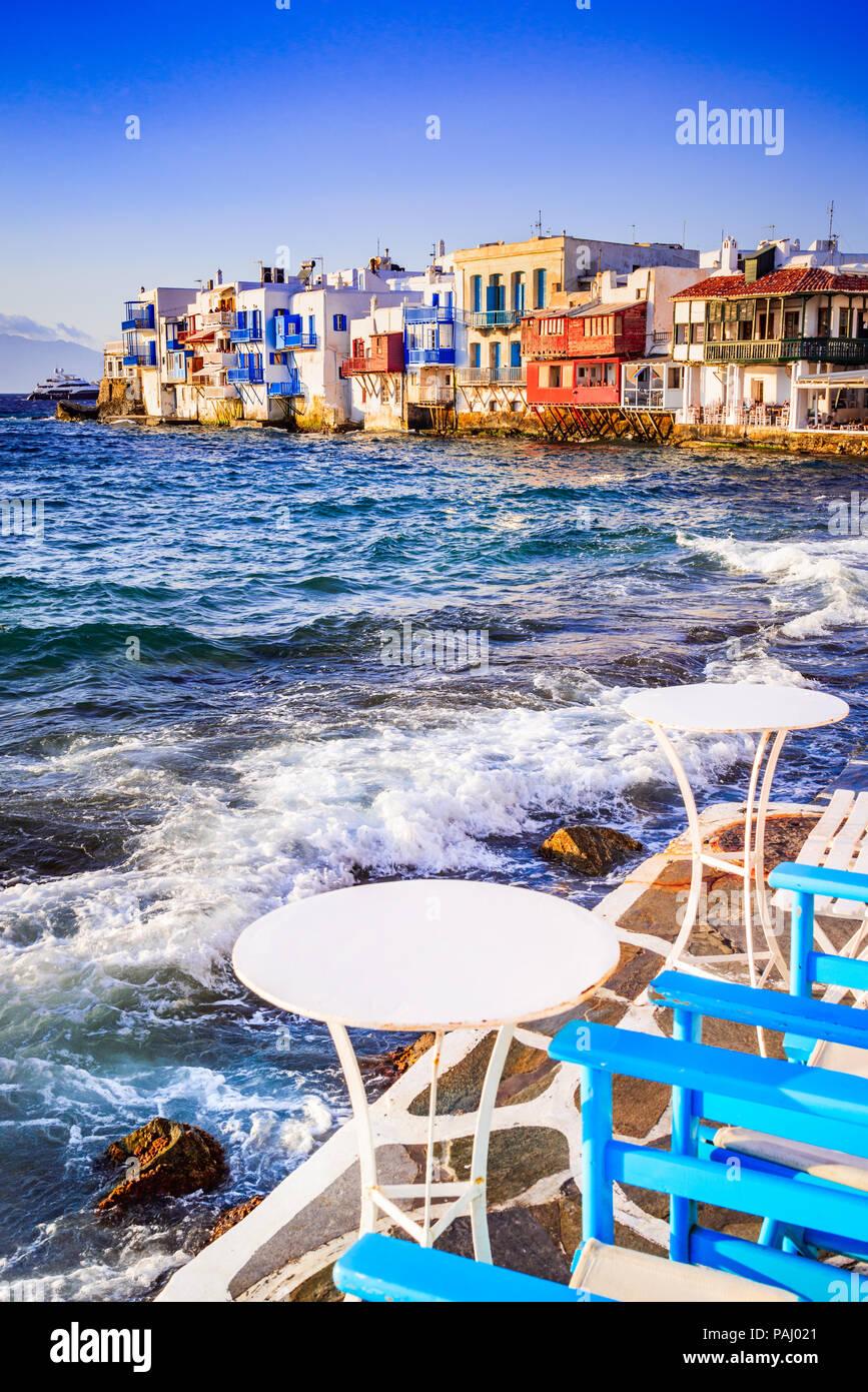 Mykonos, Grecia. Little Venice waterfront casas, considerado uno de los lugares más románticos en las islas Cícladas. Imagen De Stock