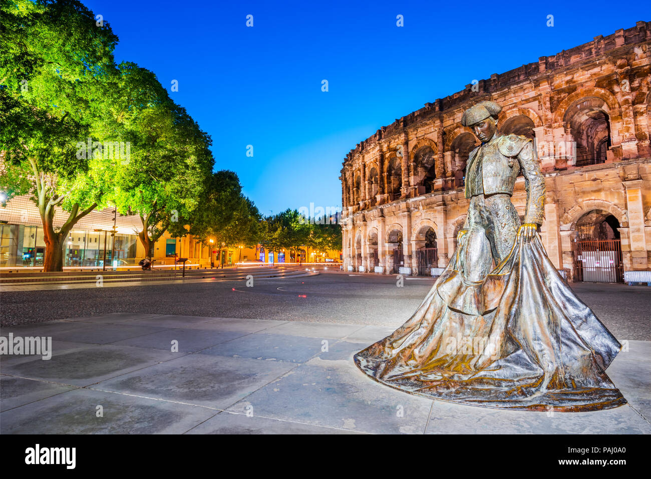 Nimes, antiguo anfiteatro romano en la Occitania medieval de la región de Aquitania, en el sur de Francia. Magnífica enorme Arena. Imagen De Stock