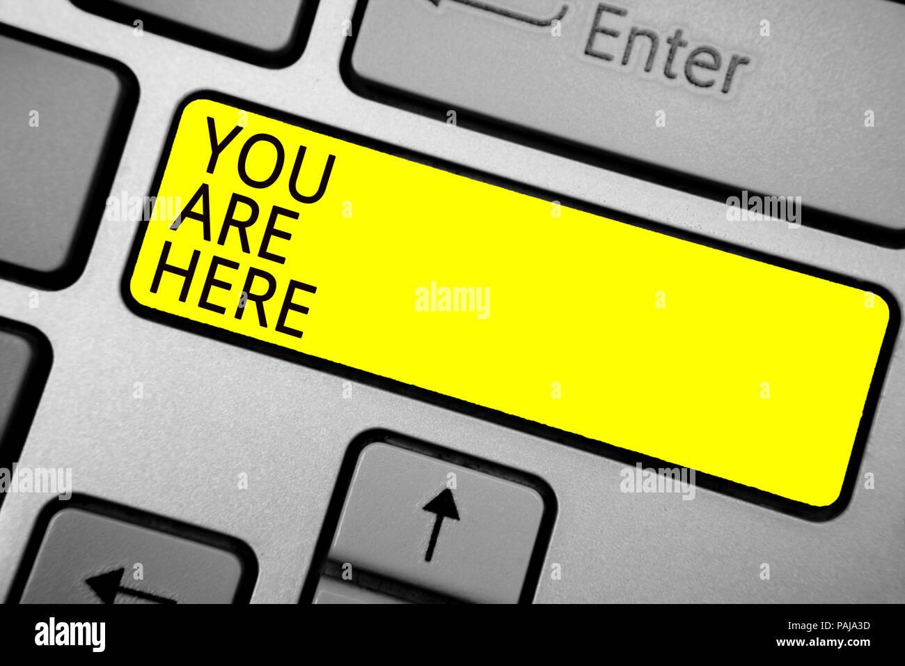 Escritura escritura de texto Usted está aquí. Concepto Significado Este es tu punto de referencia de la ubicación del sistema de posicionamiento global ceniciento teclado de ordenador con amarillo Imagen De Stock