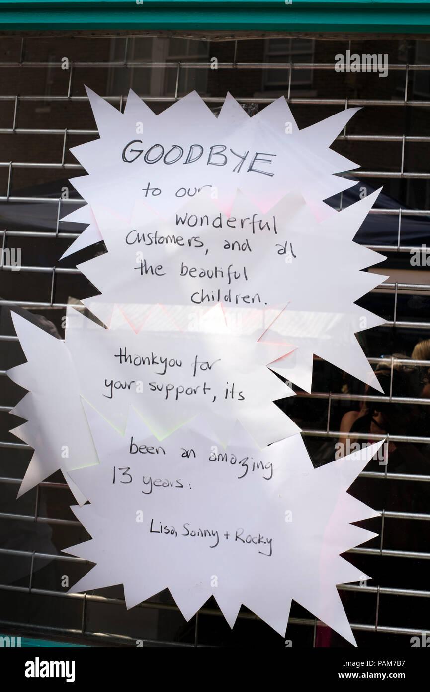 Hackney, Londres. Aviso de despedida en escaparate Imagen De Stock