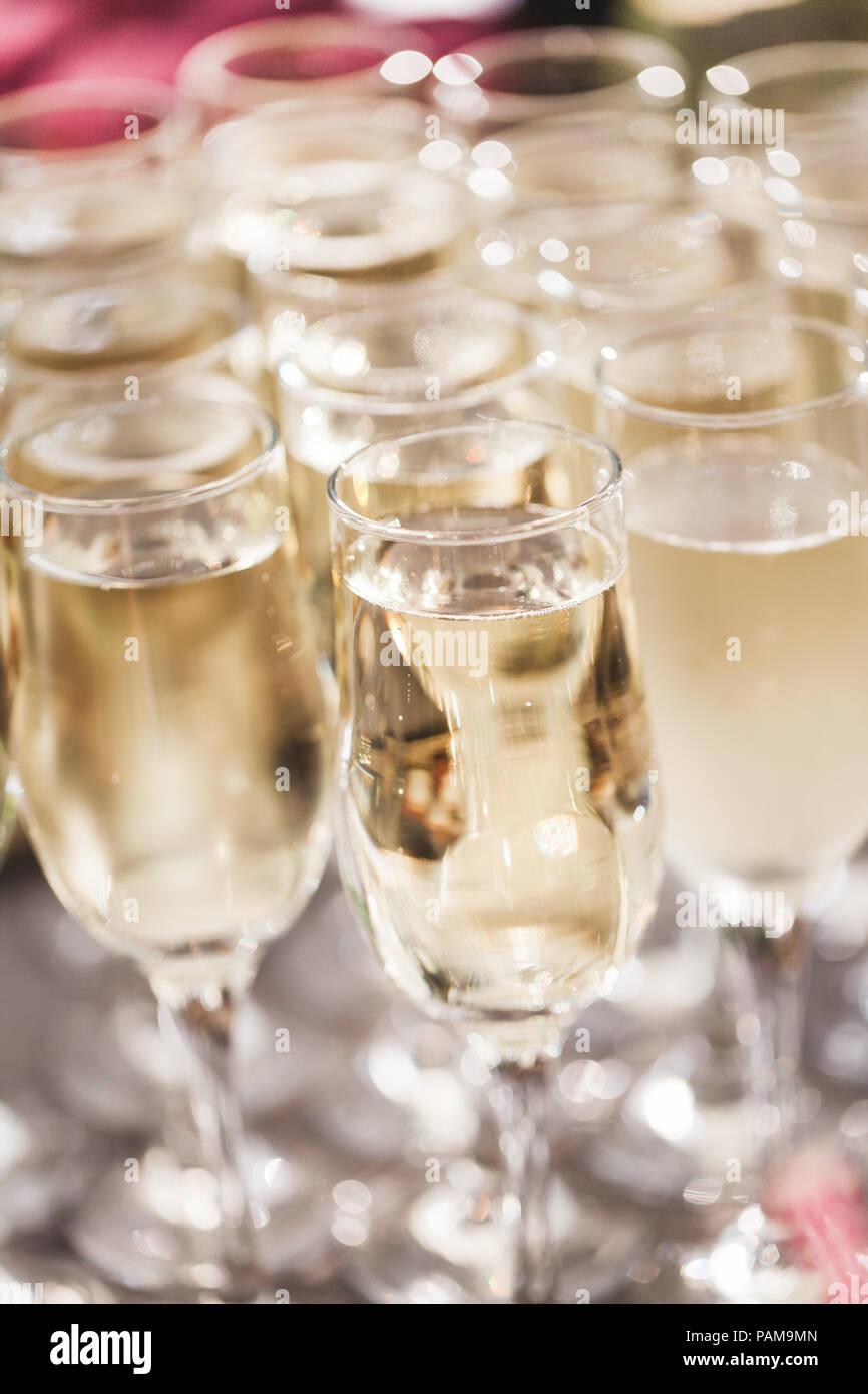 Un montón de copas de champaña de cerca en la recepción de la boda Imagen De Stock