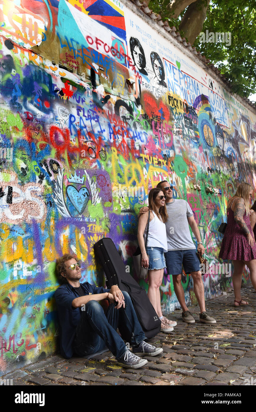 El muro de John Lennon en 2018 en Praga, República Checa Foto de stock