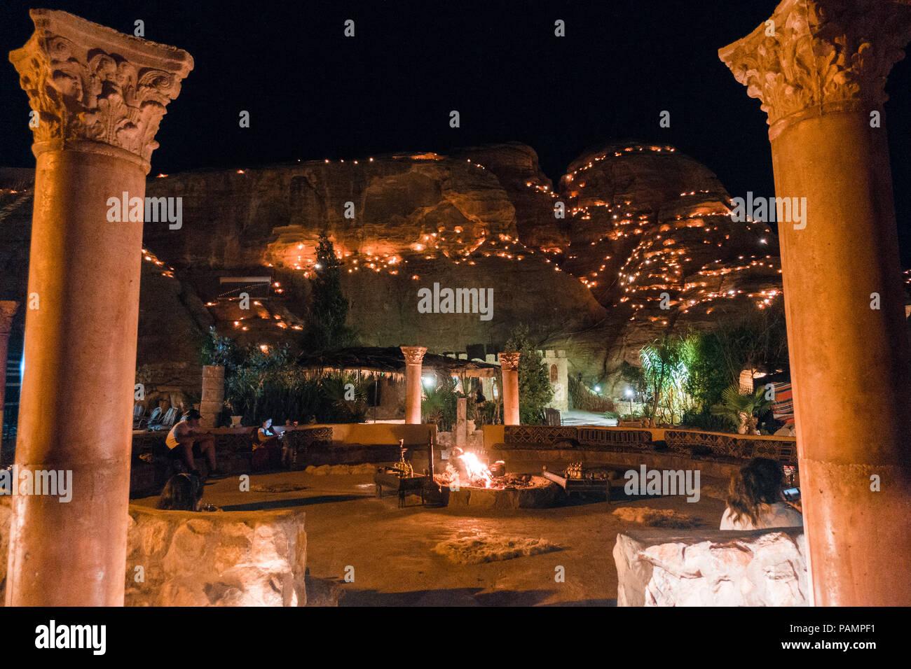 Las vistas por la noche con la zona común de un turista campamento de beduinos en Wadi Musa, cerca de Petra, Jordania Imagen De Stock