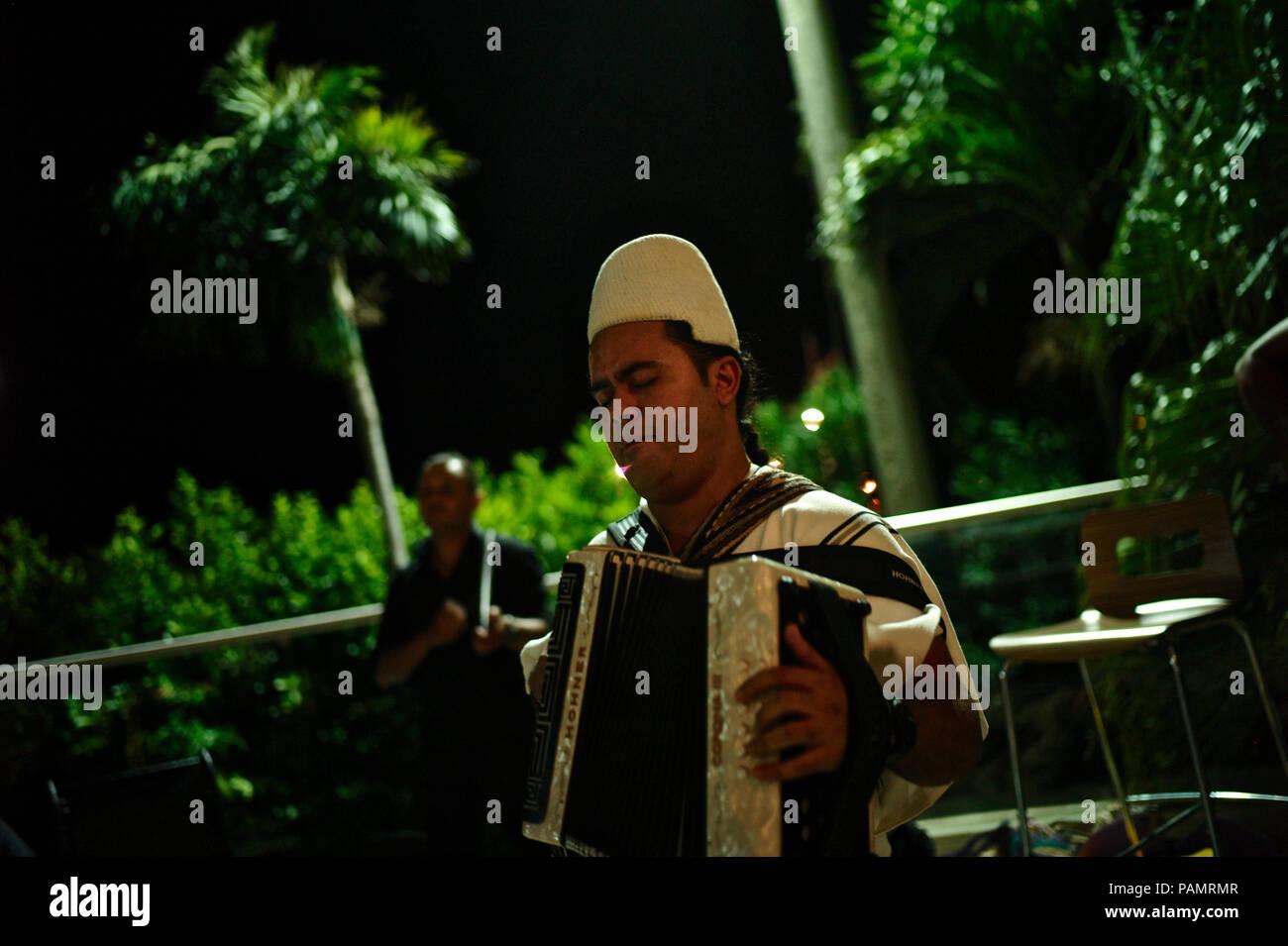 Parranda con indígenas arhuacos cantante y compositor vallenato Rivardo Villafañe Foto de stock