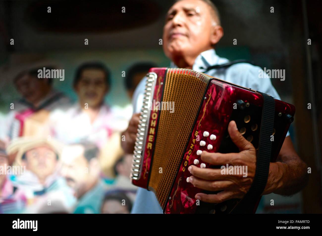Compositor de vallenato colombiano Beto Murgas en su casa y museo de acordeón Foto de stock