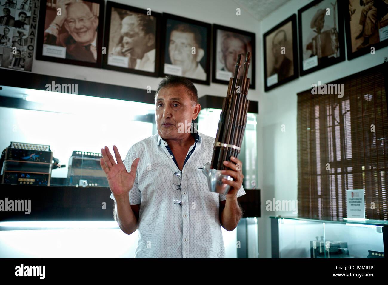 Compositor de vallenato colombiano Beto Murgas en su casa y museo de acordeón, manteniendo la primera libre reed instrumentos desarrollados en China en la segunda milleneum AEC, conocido como Sheng Foto de stock
