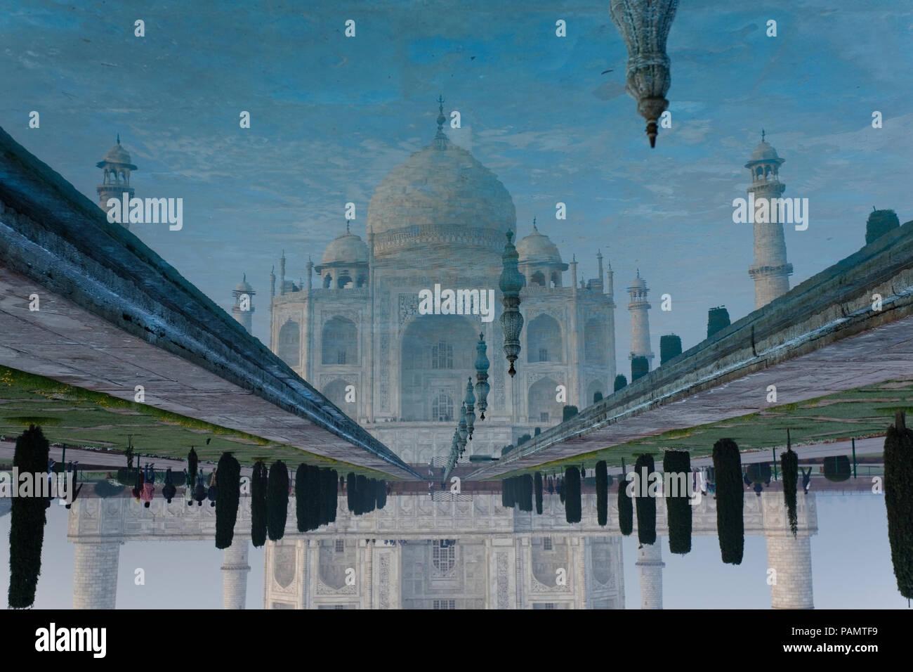 Taj Mahal en Agra, reflejo en el agua de un sitio del Patrimonio Mundial de la UNESCO, un monumento de amor, Agra, Uttar Pradesh, India. Imagen De Stock